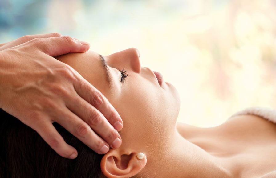 Como aplicar um tratamento de Reiki a outros com concentração e atenção plena